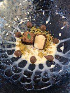 Postre. Tarta de chocolate con helado y crema inglesa