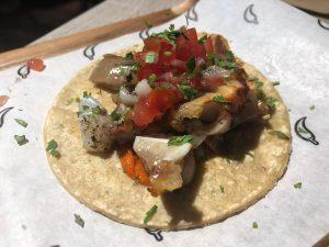 Taco árabe con adobo de chile pasilla y crema mexicana