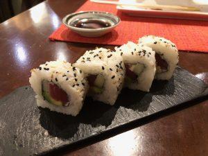 Uramaki de Arroz frito al instante en un molcajete calientelangostinos y espárragos verdes en tempura.