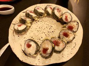 Futomaki Roll tempurizado de cangrejo real, queso cremoso y atún