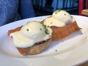 """""""Huevos Benedict"""" con salmón ahumado y salsa holandesa"""