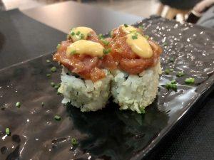 Uramaki Roll de atún rojo picante. Francamente mejorables. Pieza muy pequeña y con un sabor muy plano. Apenas se aprecia el atún.