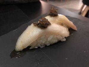 Niguiri de pez limón con pasta de trufa blanca y esferificaciones de trufa