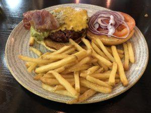 Bronx Burger (guacamole, queso cheddar, bacon crujiente, tomate y cebolla roja)