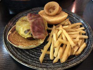 Soho Burger (Bañada a la parrilla con salsa BBQ, queso cheddar, bacon crujiente y aros de cebolla)