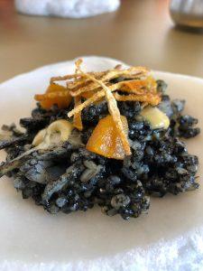 Arroz negro seco con sepia, alcachofas, hueva de mújol y caqui.