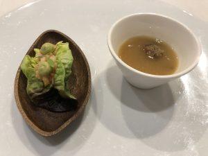 Ensalada de mango y gambas y sopa de albóndigas de boquerones